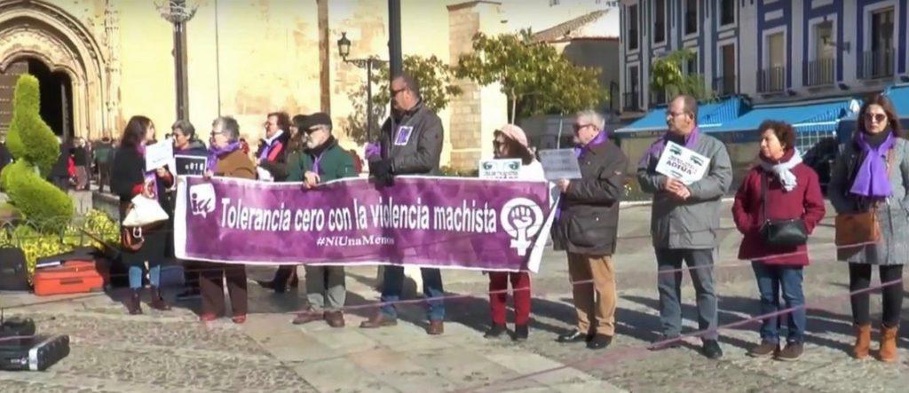 Pancarta mostrada por Izquierda Unida Valdepeñas durante la concentración contra la violencia machista