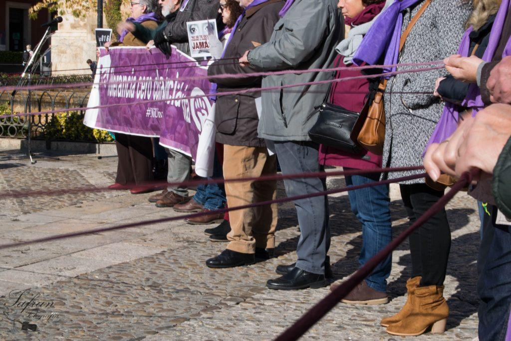 Red tejida durante la concentración contra la violencia de género como muestra de apoyo a las mujeres víctimas de violencia machista