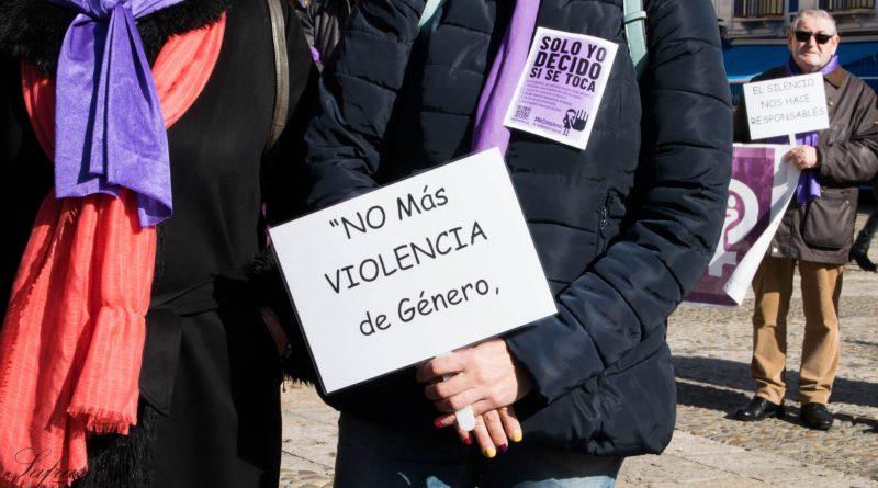 """Cartel """"NO más VIOLENCIA de Género"""", mostrado durante el acto contra la violencia hacia las mujeres"""