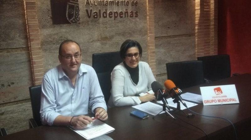 Rueda de prensa de Izquierda Unida Valdepeñas con Juana Caro Marín y Gregorio Sánchez Yébenes